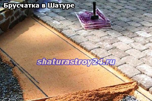 Подготовка песчаной основы перед укладкой брусчатки