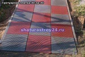 Пешеходная дорожка мощённая двухцветной (красной и серой) тротуарной плиткой 30х30 на даче в Шатуре