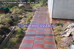 Пешеходная дорожка мощённая плиткой 30х30 на даче в Шатуре