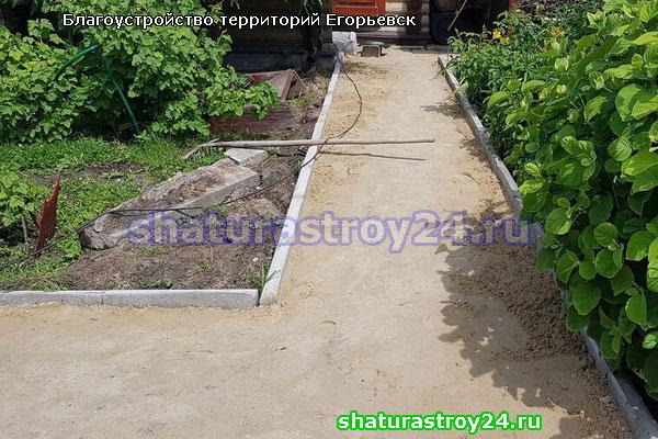 Подготовка грунта к укладке тротуарной плитки и установка бордюров