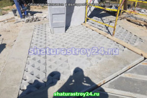 Укладка плитки Эко у въездной стелы Шатуры